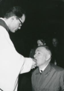 50-lecie Koła Polonistów Studentów KUL 1970 r. : prof. Jerzy Starnawski przyjmuje Ciało Chrystusa