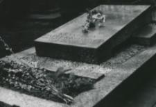 50-lecie Koła Polonistów Studentów KUL : na cmentarzu przy ul. Lipowej w Lublinie : grób Krystyny Papierkowskiej