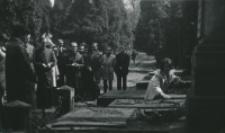 50-lecie Koła Polonistów Studentów KUL : na cmentarzu przy ul. Lipowej w Lublinie : grób prof. Feliksa Araszkiewicza