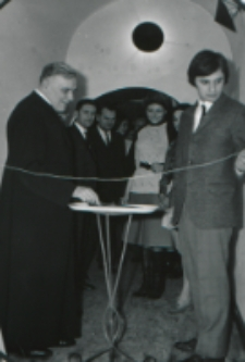 Wystawa plakatu Leszka Mądzika, jesień 1970 r. : przemawia ks. rektor W. Granat