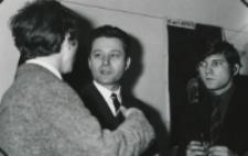 Wystawa plakatu Leszka Mądzika, jesień 1970 r. : doc. S. Sawicki podziwia wystawę