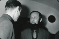 Wystawa plakatu Leszka Mądzika, jesień 1970 r. : mgr Zbigniew Strzałkowski dyskutuje