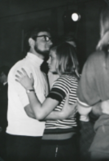 Młodzież tańcząca z lat 1965-1970 : wieczorek zapoznawczy