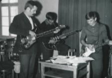 """Młodzież tańcząca z lat 1965-1970 : """"Szkielety"""" przygotowują się na wieczorek taneczny"""