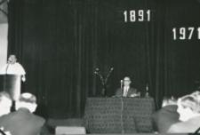 """80-lecie """"Rerum novarum"""" na KUL, sympozjum naukowe 4-5.V.1971 : przemawia o. rektor M. Krąpiec, przewodniczy prof. Czesław Strzeszewski"""