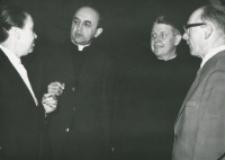 """80-lecie """"Rerum novarum"""" na KUL, sympozjum naukowe 4-5.V.1971 : dyskusja w czasie przerwy (trzeci od lewej prof. Weber z Münster)"""