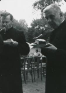 Juwenalia KUL 1969 r. : władze uniwersyteckie umęczone występem młodzieży muszą sie pożywić (ks. dyrektor Franciszek Woronowski i ks. rektor Wincenty Granat)