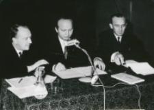 Sympozjum naukowe na temat teorii kultury, 24-26.X.1971 : odczyt prof. Remy z Louvain (z lewej), przwodniczy prof. M. Albinowski z Nijmegen (z prawej), tłumaczy o. dr Radwan (w środku)