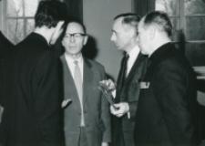 Sympozjum naukowe na temat teorii kultury, 24-26.X.1971 : w środku: prof. Cz. Strzeszewski