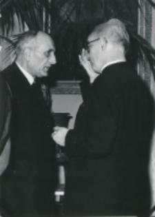 Historycy zagraniczni na KUL-u (listopad 1971) : ks. prof. M. Rechowicz, ks. prof. Paul Droulers z Gregorianum