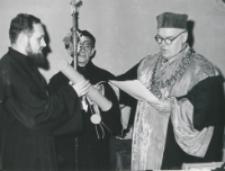 Promocje doktorskie, 25.X.1971 : wręczanie dyplomów