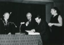 40-lecie pracy naukowej i nauczycielskiej profesora Czesława Zgorzelskiego, listopad 1971 : (od lewej) Jubilat, prof. K. Wyka, dr M. Maciejewski, prof. Sławińska