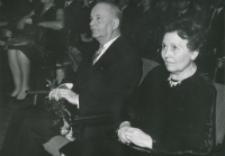 40-lecie pracy naukowej i nauczycielskiej profesora Czesława Zgorzelskiego, listopad 1971 : dostojny jubilat wraz z małżonką