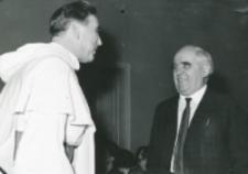 40-lecie pracy naukowej i nauczycielskiej profesora Czesława Zgorzelskiego, listopad 1971 : o. rektor M. A. Krąpiec w rozmowie z prof. K. Wyką