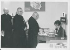 Sobór Watykański II, 23-25.VIII.1961 : przyjeżdżający z całej Polski duchowni rejestrowani są w biurze