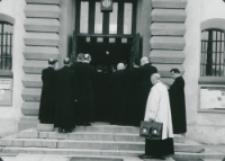 Ethos polskiego charakteru, 27-29. VIII. 1964 : wykłady rozpoczęły się mszą św. odprawioną przez J. E. ks. bpa P. Kałwę w kościele akademickim, wejście do kościoła akademickiego