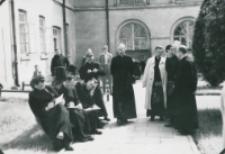 Sobór Watykański II, 23-25.VIII.1961 : na dziedzińcu KUL-owskim także można słuchać i notować, chociaż piękna pogoda nie sprzyja skupieniu uwagi