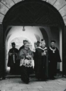 K. Bp H. M. L. van Waeyenbergh w towarzystwie Ks. Bp. P. Kałwy i Prof. Z. Papierkowskiego - Prorektora KUL