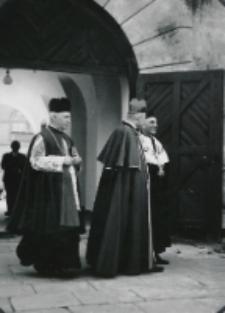 K. Prymas w towarzystwie ks. Padacza oraz Rektora KUL