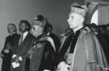 [decyzja o nadaniu doktoratów] ...honoris causa czcigodnym gościom przyjęta została...