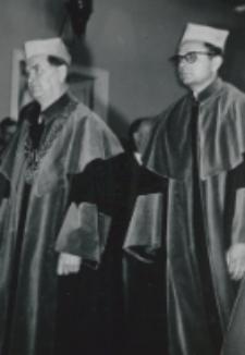 [decyzja o nadaniu doktoratów... została przyjęta] ...przez uczestników uroczystości z powagą...