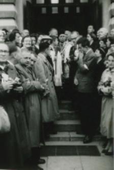 Złożenie wieńców [ujęcie 2-widok na grupę ludzi przed portalem kościoła akademickiego]