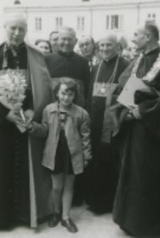 [Ks. Prymas Stefan Wyszyński w otoczeniu uczestników uroczystości na dziedzińcu KUL]