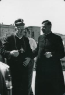 Dyr. Administracyjny KUL Ks. Fr. Woronowski pozmawia z Ks. Bp. Kowalskim