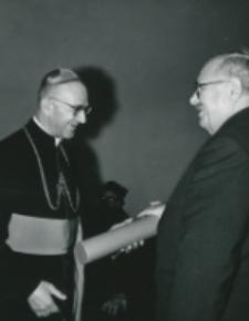 Ks. Bp. H. Strąkowski wręcza dyplomy honorowych członków TP KUL