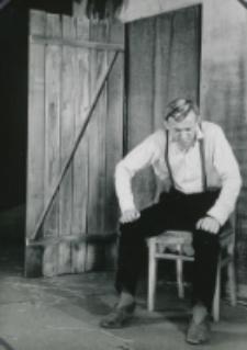 "Teatr Akademicki KUL : ""Moc i chwała"" G. Greene'a : [scena] Padre Jose przed domem"