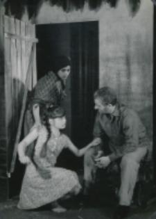 """Teatr Akademicki KUL : """"Moc i chwała"""" G. Greene'a : [scena] ksiądz i jego dawna gospodyni Maria z córką"""