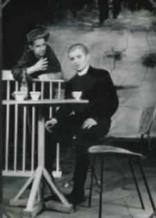 """Teatr Akademicki KUL : """"Moc i chwała"""" G. Greene'a : [scena] u państwa Lehrów (ksiądz i Metys)"""