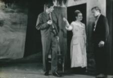 """Teatr Akademicki KUL : """"Moc i chwała"""" G. Greene'a : Padre Jose z żoną i porucznik policji - scena końcowa"""