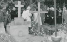 Składanie wieńców na grobach.