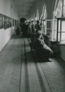 Część gości ulokowała się na korytarzach.