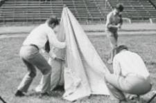 II konkurencja - rozbijanie namiotów : kto szybciej? : czy reprezentacja Akademii Medycznej.