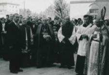 Część 2: Tydzień Katolickiego Uniwersytetu Lubelskiego 31. V. - 7. VI. 1964 r. : Udział w uroczystości wzięli: Prof. Z. Papierkowski - Prorektor KUL, Ks. Prof. H Pastuszka, Czcigodny Gość Ks. Bp. H. M. L van Waeyenbergh, Rektor Katolickiego Uniwersytetu e Louvain, Ks. Prof. M. Rechowicz - Rektor KUL oraz Wielki Kanclerz KUL - Ks. Bp P. Kałwa.
