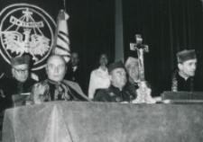 Część 2: Tydzień Katolickiego Uniwersytetu Lubelskiego 31. V. - 7. VI. 1964 r. : Prezydium Uroczystości: Wieki Kanclerz KUL - J. E. Ks. bp. P. Kałwa, Prorektor KUL - Prof. Z Papierkowski, Dziekan Prawa Kanonicznego - Ks. Prof. J. Rybczyk, w głębi: Ks. Prof. J. Nowicki, Prof. S. Papierkowski, za nimi poczet sztandarowy.