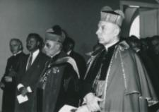 Część 2: Tydzień Katolickiego Uniwersytetu Lubelskiego 31. V. - 7. VI. 1964 r. : J. Em. Ks. Prymas, Ks. Abp H. van Waeyenbergh, w głebi Sekretarz ambasady belgijskiej oraz Ks. Klepacz.