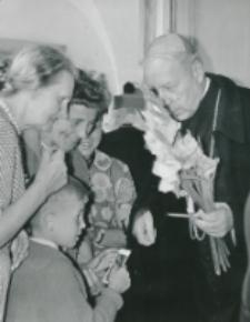 Wykłady dla duchowieństwa 1966 - Kwiaty dla Ks. Prymasa od przygodnych osób
