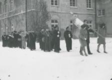 Inauguracja roku akademickiego 1965/66 : Senat w drodze do kościoła akademickiego