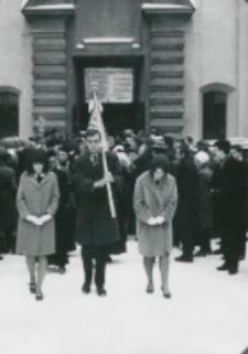 Inauguracja roku akademickiego 1965/66 : poczet sztandarowy po wyjściu z kościoła