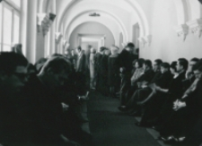 Inauguracja roku akademickiego 1965/66 : uczestnicy uroczystości wypełniają także hol