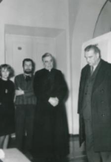 """Wystawa Grupy """"Inops"""" - 30.XI.1965 r. : ks. rektor W. Granat i pror. Zdz. Papierkowski na otwarciu wystawy"""