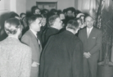 """Wystawa Grupy """"Inops"""" - 30.XI.1965 r. : zwiedzanie wystawy"""
