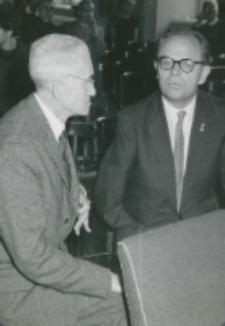 Pobyt prof. A. Joberta na KUL - 4.X.1965 r. : prof. A. Jobert (od lewej) z prof. J. Kłoczowskim w auli KUL