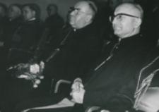 Przemówienia : ... z uwagą wysłuchane zostały przez liczne audytorium : Księża Biskupi : B. Kominek i W. Skomorucha.