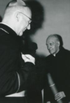 Wręczanie dyplomów : ... Ks. Prof. Niećko, pierwszemu powojennemu Dyr. TP KUL.