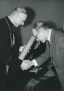 Wręczanie dyplomów : ... Dr. M. Nagnajewiczowi ...