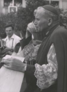 Ks. abp Karol Wojtyła na dziedzińcu KUL-u